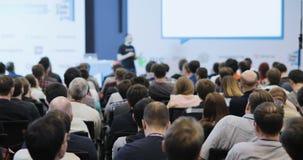 La gente mira mientras que el altavoz dice el discurso interesante en el congreso de negocios