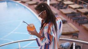 La gente, modo, estate e concetto della spiaggia Giovane donna felice in vestiti ed occhiali da sole di estate che cammina sopra  stock footage