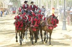 La gente montó en un caballo de carro, en feria fotos de archivo libres de regalías