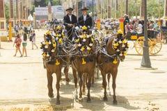 La gente montó en un caballo de carro en feria foto de archivo libre de regalías