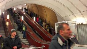 La gente monta la escalera móvil hacia arriba y hacia abajo Metro de Moscú Estación de Pushkinskaya 25 de febrero de 2019