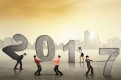 La gente monta los números 2017 Imagen de archivo libre de regalías
