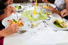 La gente multa pranzare nel ristorante elegante Fotografia Stock