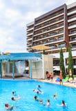 La gente nada en piscina y hacer aeróbicos de agua Hotel del flamenco del hotel Albena Fotos de archivo libres de regalías