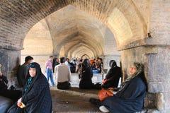 La gente negli arché sotto il ponte di Khaju a Ispahan, Iran immagini stock
