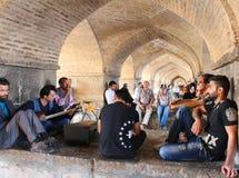 La gente negli arché sotto il ponte di Khaju a Ispahan, Iran fotografie stock