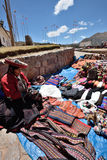 La gente negocia recuerdos tradicionales en Chinchero, Perú Imagen de archivo
