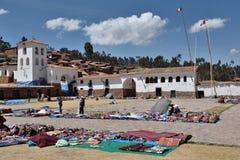 La gente negocia recuerdos tradicionales en Chinchero, Perú Fotografía de archivo libre de regalías