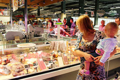 La gente in negozio delle salsiccie Fotografia Stock