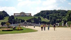 La gente nei giardini intorno al palazzo di Schonbrunn fotografia stock libera da diritti