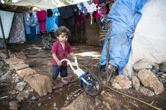 La gente nel campo profughi ufficioso fotografie stock