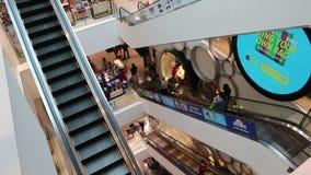La gente nel centro commerciale centrale di Bangna alla strada Bangna-Trad Bangna Bangkok Tailandia stock footage