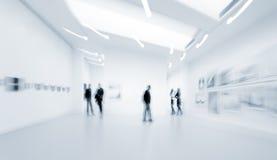 La gente nel centro della galleria di arte Immagini Stock