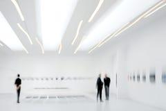 La gente nel centro della galleria di arte Immagine Stock