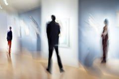 La gente nel centro della galleria di arte Fotografia Stock