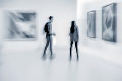 La gente nel centro della galleria di arte Immagini Stock Libere da Diritti