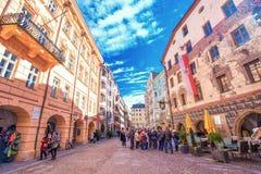 La gente nel centro urbano di Innsbruck con le case variopinte tipiche È capitale del Tirolo in Austria occidentale, Europa Fotografia Stock