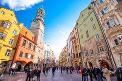 La gente nel centro urbano di Innsbruck sotto Stadtturm si eleva Fotografia Stock Libera da Diritti