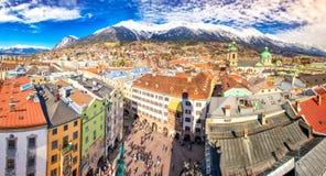La gente nel centro urbano di Innsbruck sotto Stadtturm si eleva Immagini Stock