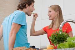 La gente nel cibo di amore immagini stock libere da diritti