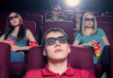 La gente nel cinema che indossa i vetri 3d Immagine Stock