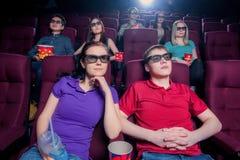 La gente nel cinema che indossa i vetri 3d Fotografia Stock Libera da Diritti