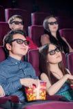 La gente nel cinema che indossa i vetri 3d Immagini Stock