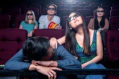 La gente nel cinema che indossa i vetri 3d Fotografia Stock