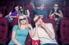La gente nel cinema che indossa i vetri 3d Fotografie Stock