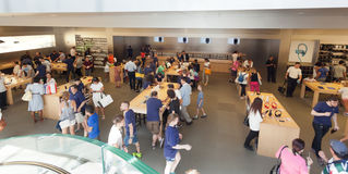 La gente nel deposito di Apple su Fifth Avenue in Manhattan Fotografie Stock