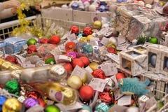La gente nel deposito per comprare le decorazioni di Natale Fotografie Stock