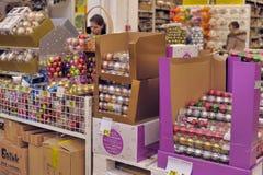 La gente nel deposito per comprare le decorazioni di Natale Fotografie Stock Libere da Diritti