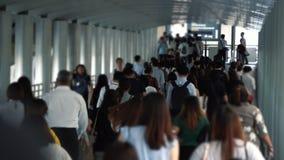 La gente nel distretto aziendale al giorno feriale, una folla dei cittadini archivi video