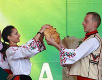 La gente nel folclore autentico tradizionale costume un prato vicino a Vratsa, Bulgaria Fotografia Stock Libera da Diritti