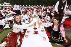 La gente nel folclore autentico tradizionale costume un prato vicino a Vratsa, Bulgaria Fotografie Stock Libere da Diritti
