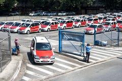 La gente nel parcheggio del taxi sull'aeroporto di Congonhas Fotografie Stock Libere da Diritti