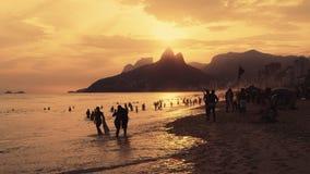 La gente nel tramonto alla spiaggia di Ipanema Immagine Stock Libera da Diritti