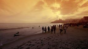 La gente nel tramonto alla spiaggia di Ipanema Immagini Stock Libere da Diritti