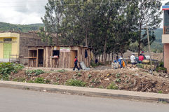 La gente nel villaggio del Kenia Immagini Stock