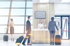 La gente nel volo aspettante dell'aeroporto Fotografia Stock
