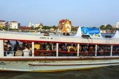 La gente nella barca al fiume Mae Immagine Stock