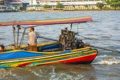 La gente nella barca al fiume Mae Fotografia Stock Libera da Diritti