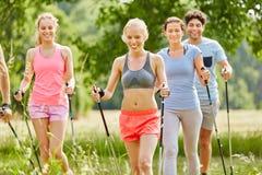 La gente nella camminata nordica di corso di forma fisica Fotografia Stock Libera da Diritti