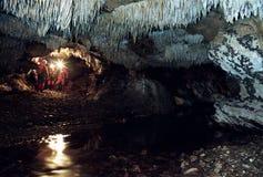 La gente nella caverna di Comarnic, Romania Fotografia Stock