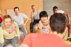 La gente nella classe dei pilates con la banda dell'estensore Immagine Stock