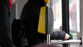 La gente nella condizione del tram alla porta e nell'aspettare l'uscita video d archivio