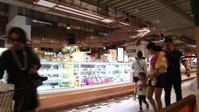 La gente nella corte di alimento, là è molti caffè e ristoranti in strada Bangna-Trad Bangkok Tailandia della plaza centrale archivi video