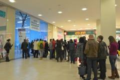 La gente nella linea per il passaggio spettatore alle olimpiadi invernali Immagine Stock