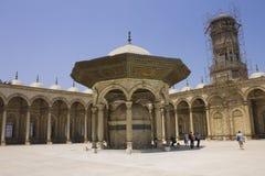 La gente nella moschea delle cittadelle di Cairo Fotografie Stock