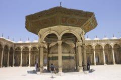 La gente nella moschea delle cittadelle di Cairo Fotografia Stock